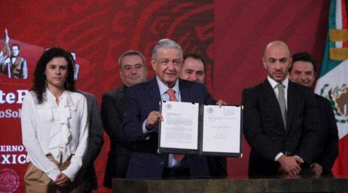 Firma AMLO iniciativa Outsourcing
