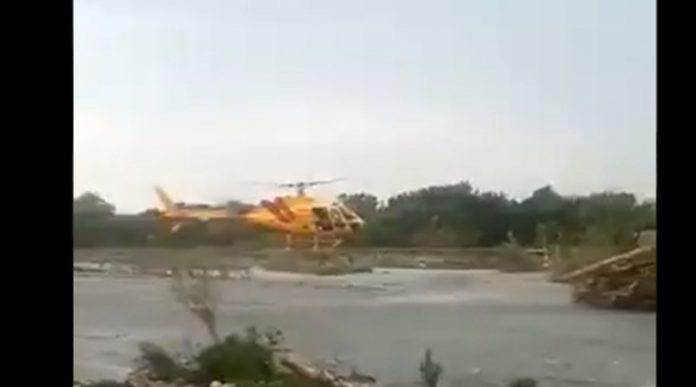 ¡Vaya susto! Helicóptero de Protección Civil se enreda con cables