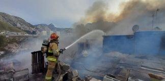 Arrasa incendio con cuatro casas en Santa Catarina