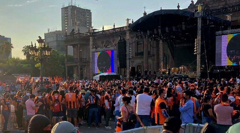 Festejo naranja sin sana distancia con la Macroplaza abarrotada en festejo de Samuel García