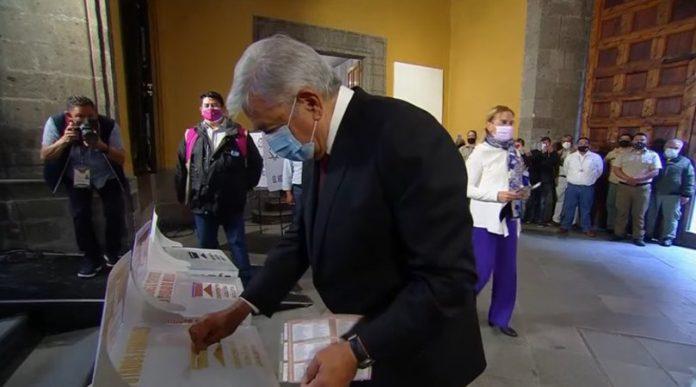 Emite su voto López Obrador en la CDMX